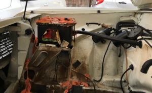 Der Motorraum ist leer und - schreck - die Batterie ist kaputt